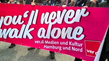 Mit dem Transparent 'You'll never walk alone' beim 1. Mai 2019
